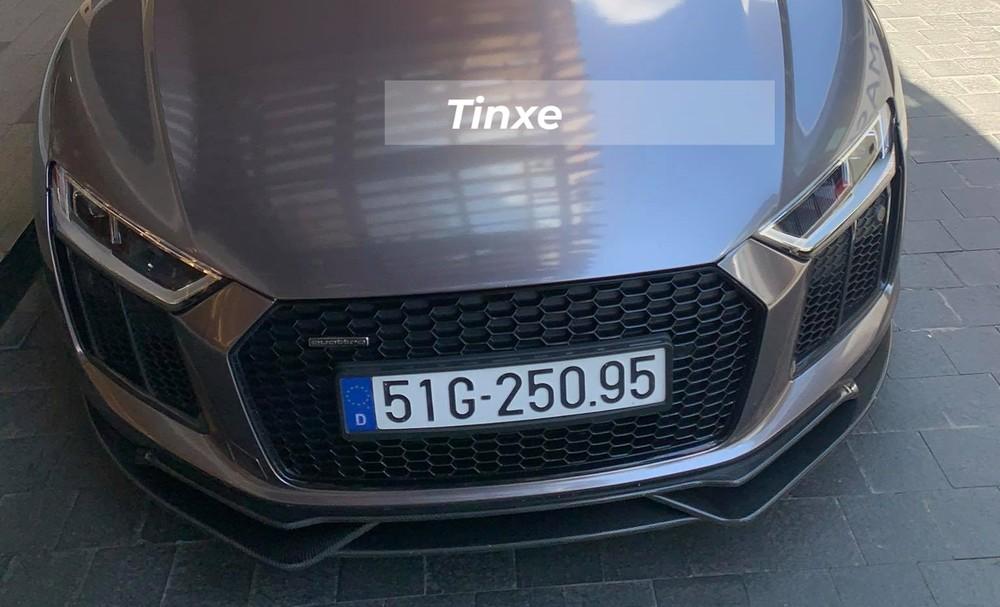 Nguyên bản chiếc siêu xe Audi R8 V10 Plus của Tống Đông Khuê có màu sơn đỏ và mới được cho dán lại bộ áo màu tối để mang đến ngoại hình mới lạ cho xe.