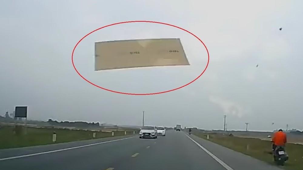 Tấm thạch cao bay khỏi xe đầu kéo, rơi trúng chiếc ô tô