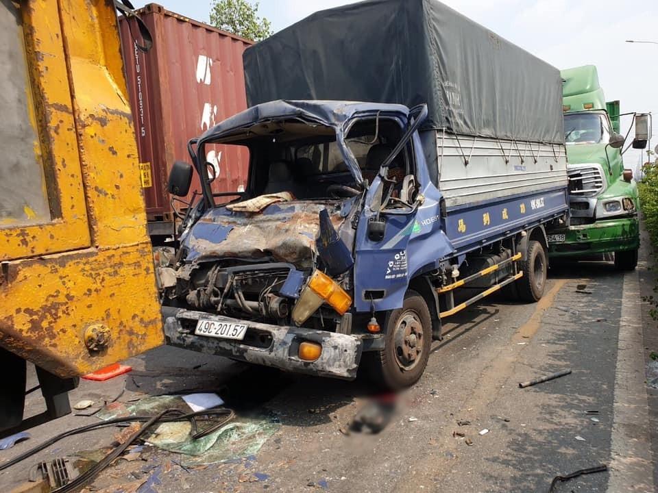 Chiếc xe tải mang biển số tỉnh Lâm Đông hư hỏng nặng đầu xe