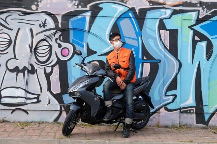"""Pose dáng cực """"nghệ"""" của bạn Hùng Văn bên xe """"chiến hữu"""" Honda Air Blade."""