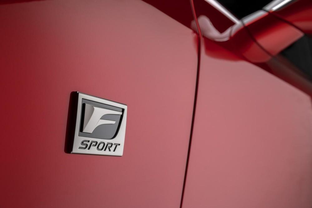 Tem chữ nổi của Lexus IS 500 F Sport Performance 2022