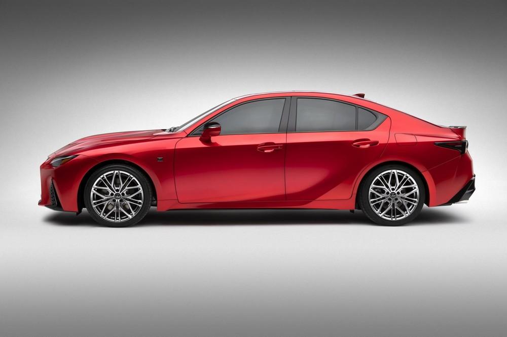 Lexus IS 500 F Sport Performance 2022 có chắn bùn kéo dài
