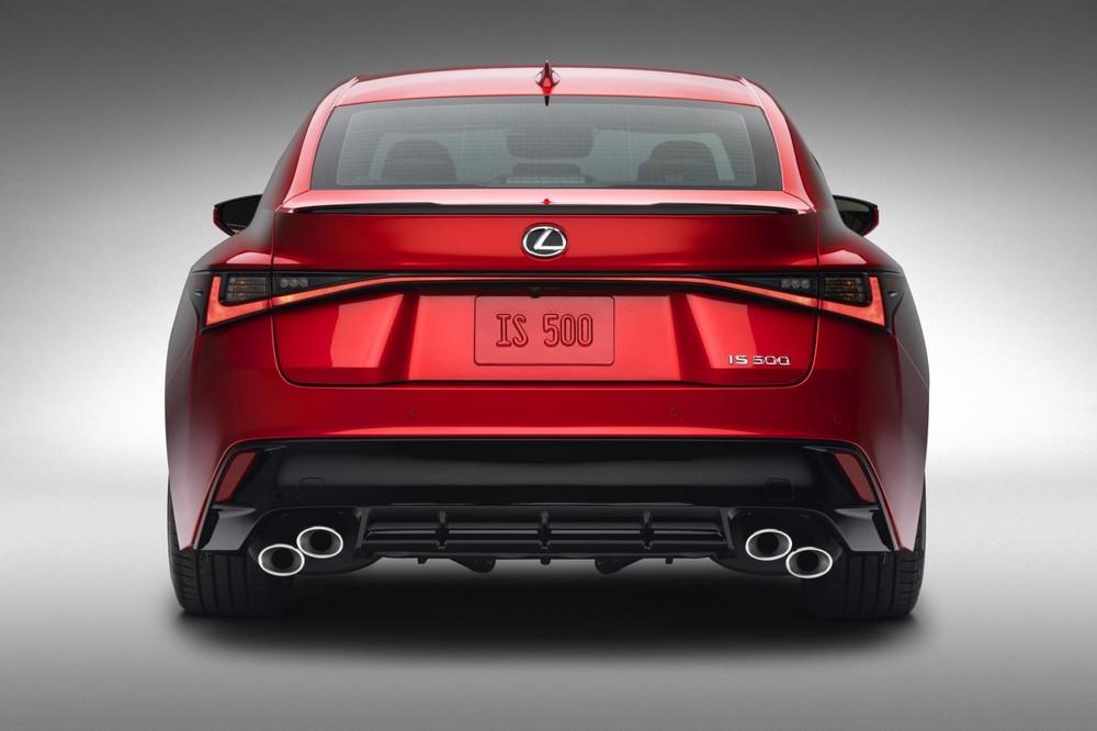 Lexus IS 500 F Sport Performance 2022 nhìn từ phía sau