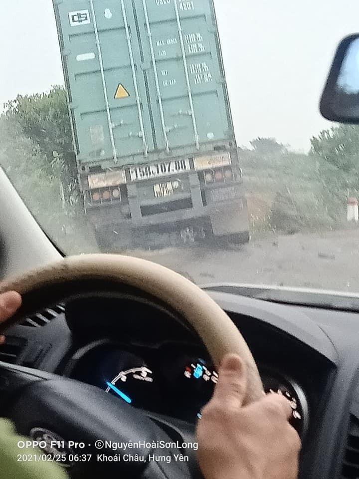 Chiếc xe container cắm đầu xuống ruộng