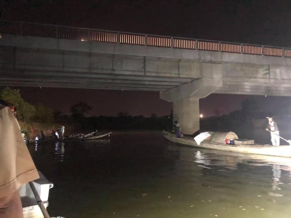 Lực lượng chức năng tìm kiếm học sinh rơi xuống sông