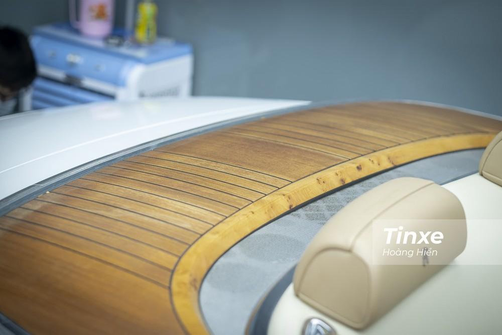 Nắp cốp chứa mui xếp mềm được lấy cảm hứng từ sàn gỗ trên những chiếc du thuyền đắt tiền.