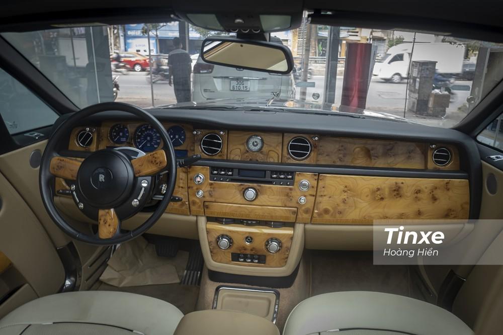 Nội thất bên trong Rolls-Royce Phantom Drophead Coupe dù đã qua nhiều năm sử dụng tại Việt Nam vẫn còn khá mới.
