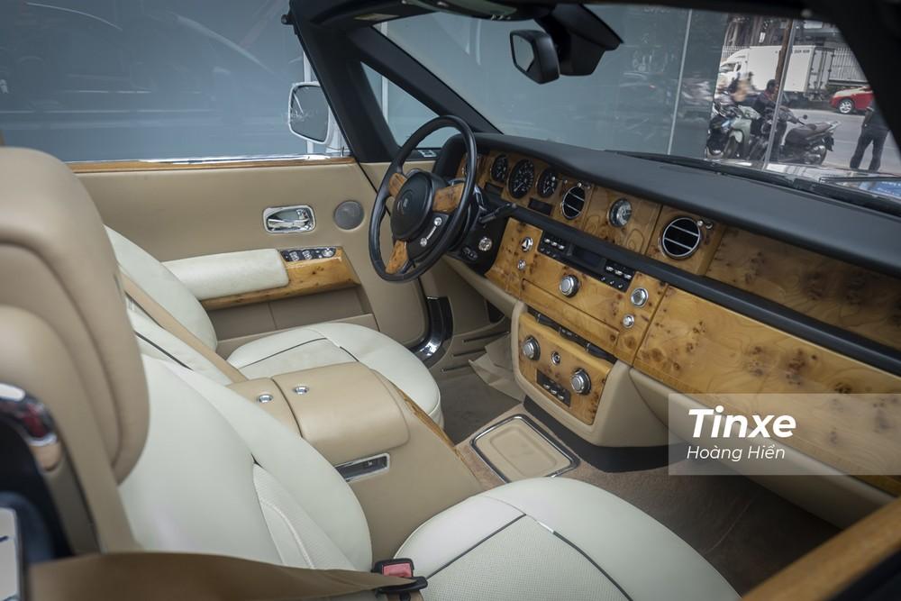 Rolls-Royce Phantom Drophead Coupe mang lại sự khác biệt với phần mui mềm có thể gấp lại được.