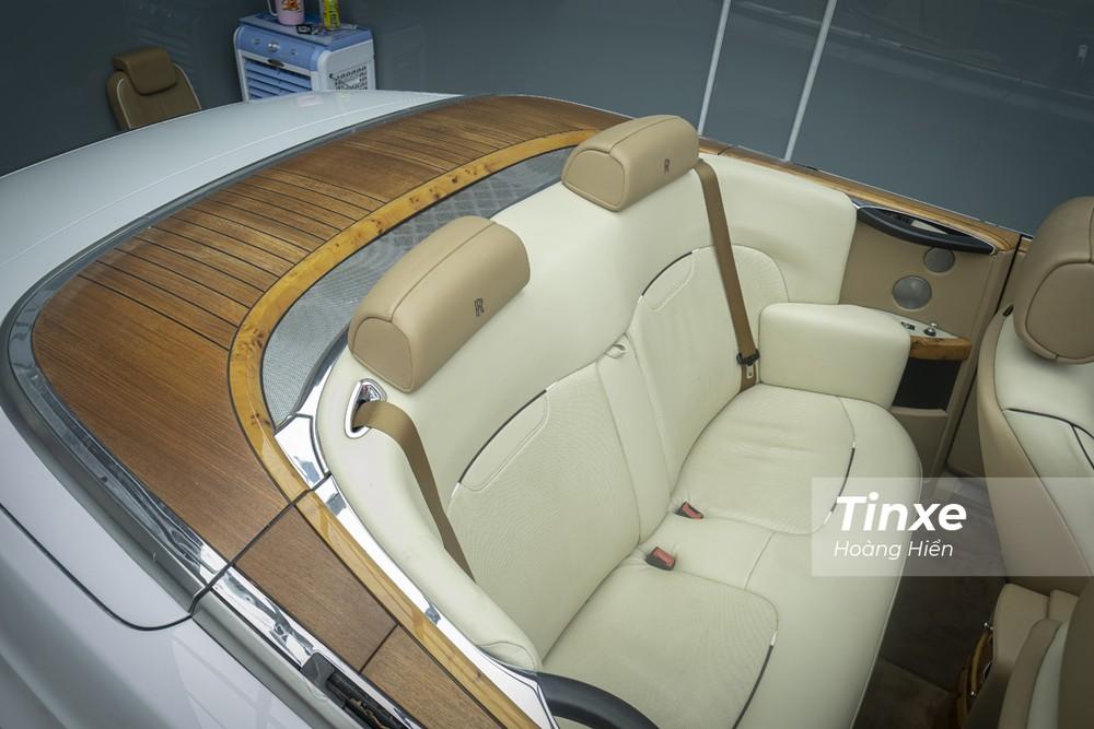 Hàng ghế thứ 2 trên Rolls-Royce Phantom Drophead Coupe thiếu đi các tiện nghi sang trọng do hướng tới chủ nhân thật sự của chiếc xe ở vị trí cầm lái.