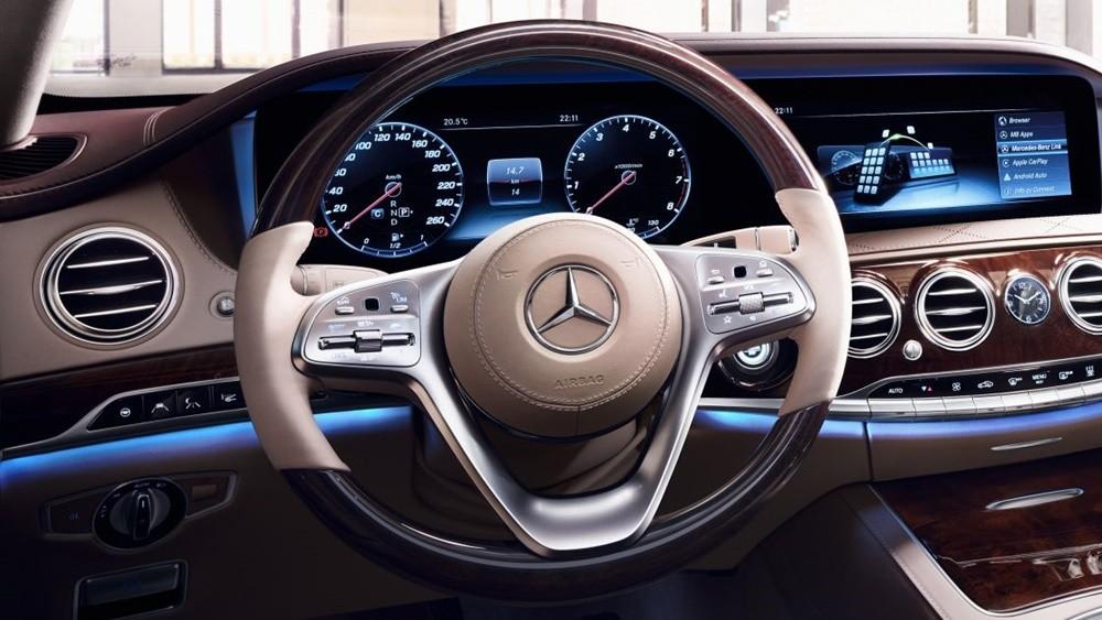 Tay lái đa năng trên Mercedes-Benz S-Class được bọc gỗ hoặc da đẳng cấp.