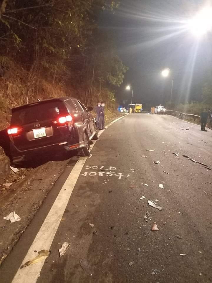 Toyota Innova lao vào vách núi, bị mắc kẹt ở rãnh nước bên đèo Bảo Lộc