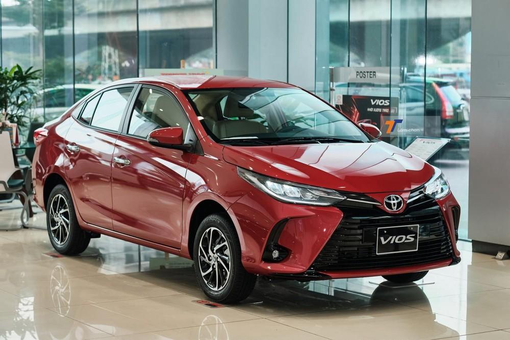 Thực tế quan sát tại showroom, khách hàng dành nhiều sự chú ý cho Toyota Vios G CVT 2021 hơn phiên bản GR-S.
