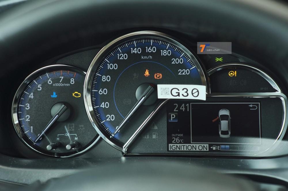 Bảng đồng hồ trên xe vẫn là loại Optitron gồm analog kết hợp màn hình đa thông tin TFT nhỏ.