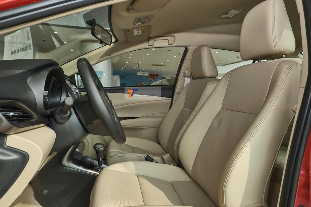 Hàng ghế trên Toyota Vios G CVT 2021 được bọc da, chỉnh tay 6 hướng ghế lái và 4 hướng ghế phụ, nằm ở giữa là bệ tì tay trung tâm.