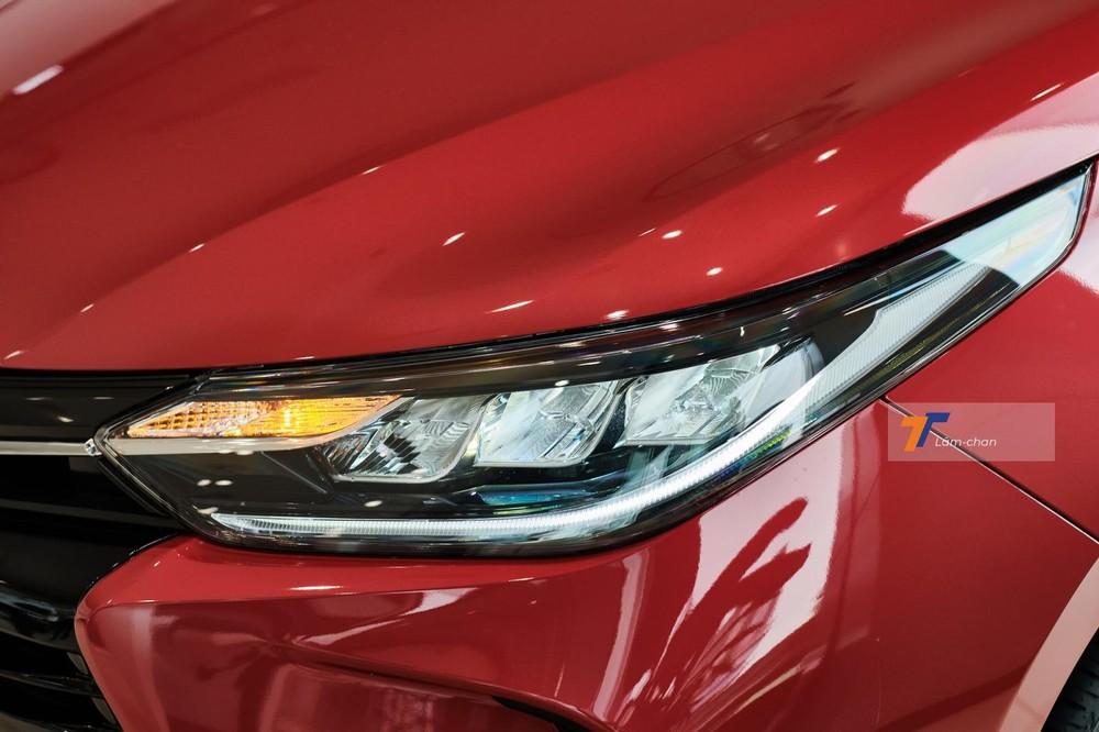 Cụm đèn chiếu sáng trước được nâng cấp lên bóng LED với giao diện 3 bóng xếp tầng, tích hợp kèm xi-nhan và dải đèn LED định vị ban ngày.