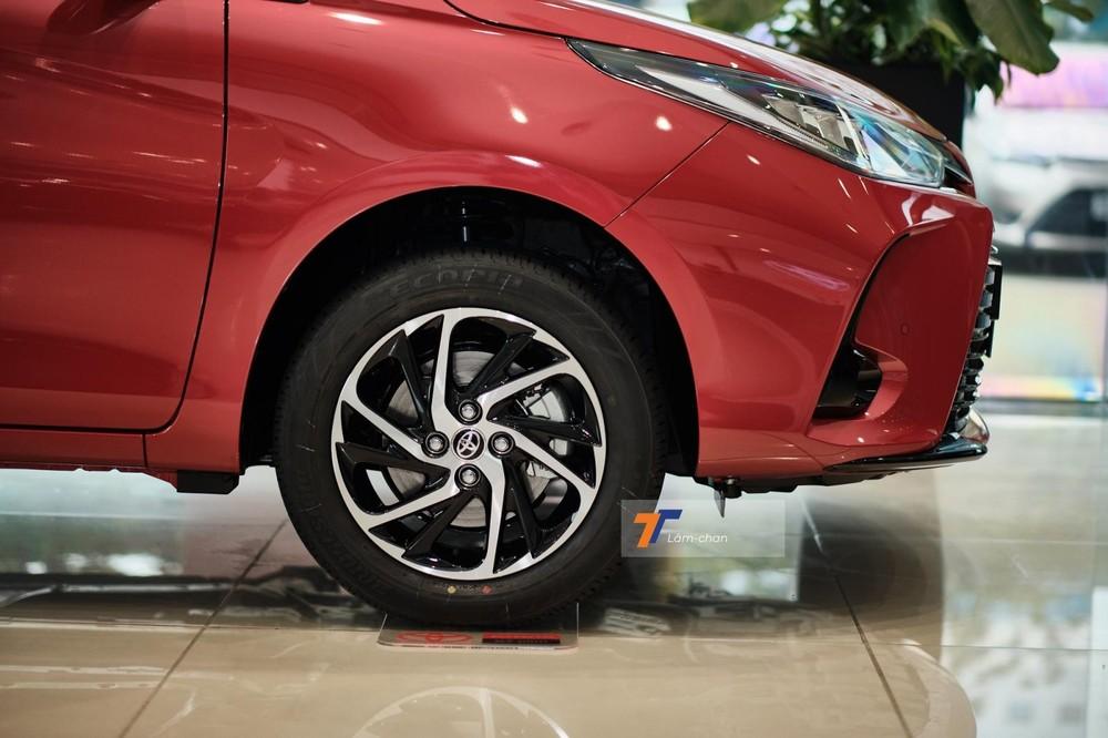 Toyota Vios G CVT 2021 được trang bị mâm hợp kim 15 inch có thiết kế mới và theo ý kiến của người viết, trang bị này có phần đẹp mắt hơn la-zăng của bản GR-S.