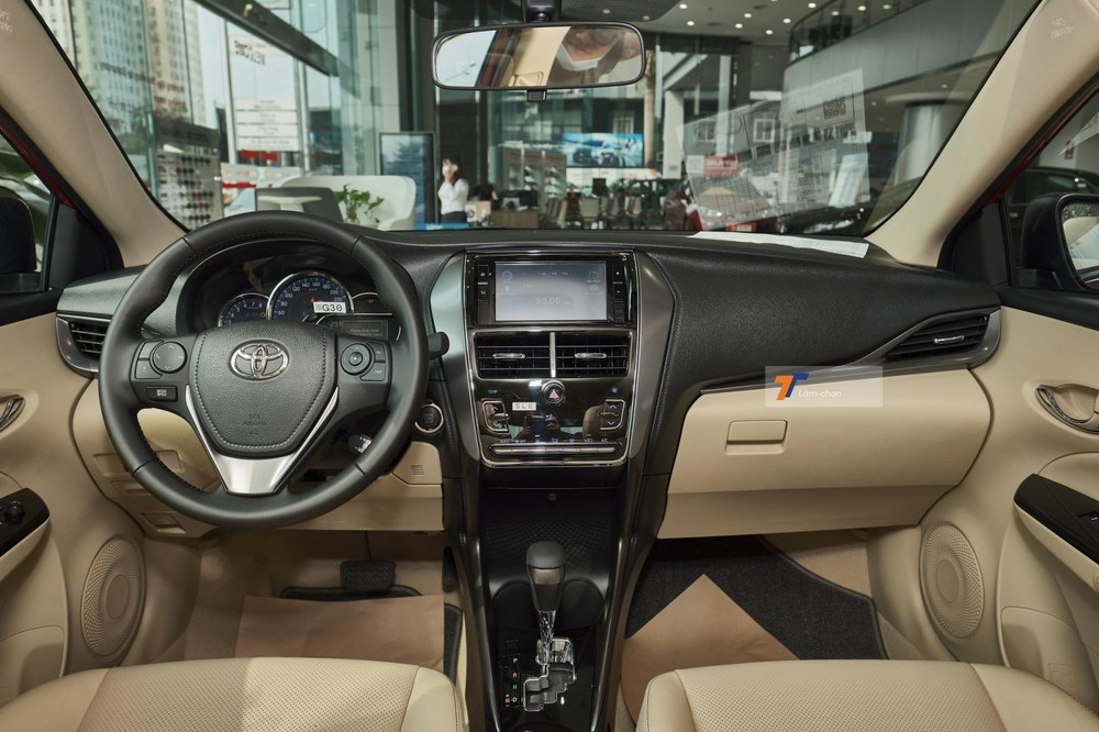 Tổng thể nội thất của Toyota Vios G CVT 2021 vẫn giữ nguyên với tông màu đen và kem quen thuộc.