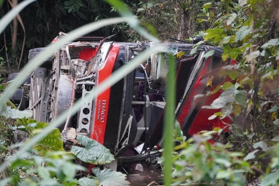 Chiếc ô tô khách bị hư hỏng nặng sau vụ tai nạn