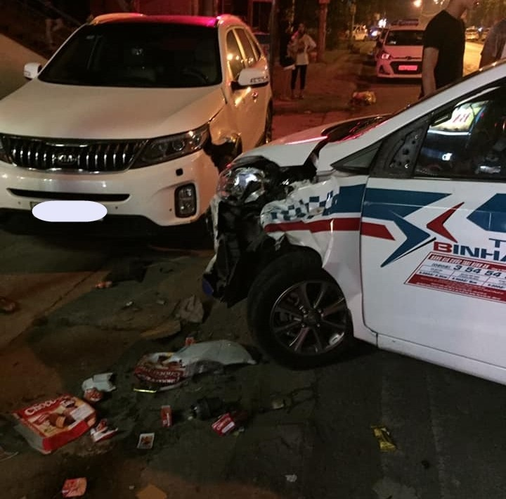Hiện trường vụ tai nạn của xe taxi cùng Kia Sorento và xe máy tại Thái Nguyên vào khuya qua
