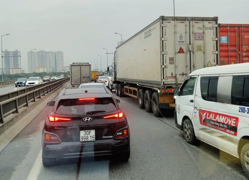 Hàng loạt phương tiện xếp hàng dài hơn 3 km