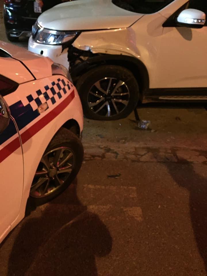 Chiếc xe taxi nghi bị gãy trục bánh trước, vụ tai nạn còn làm xe Kia Sorento nổ lốp bánh trước, phần bên hông xe hư hỏng nặng