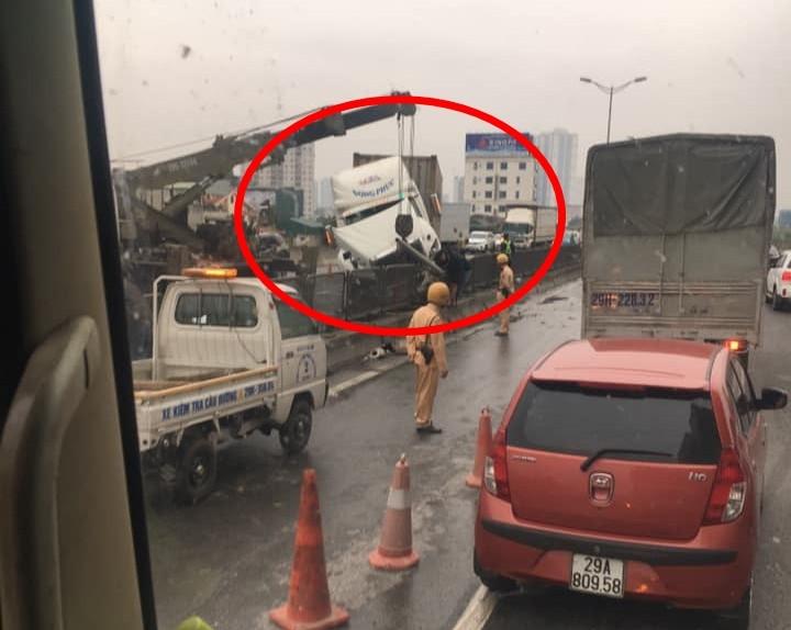 Lực lượng chức năng điều xe cẩu đến để giải quyết vụ tai nạn