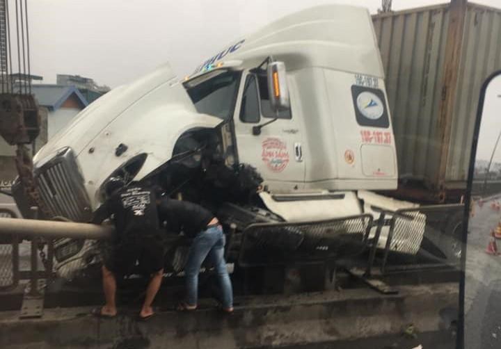 Phần đầu xe hư hỏng nặng sau tai nạn