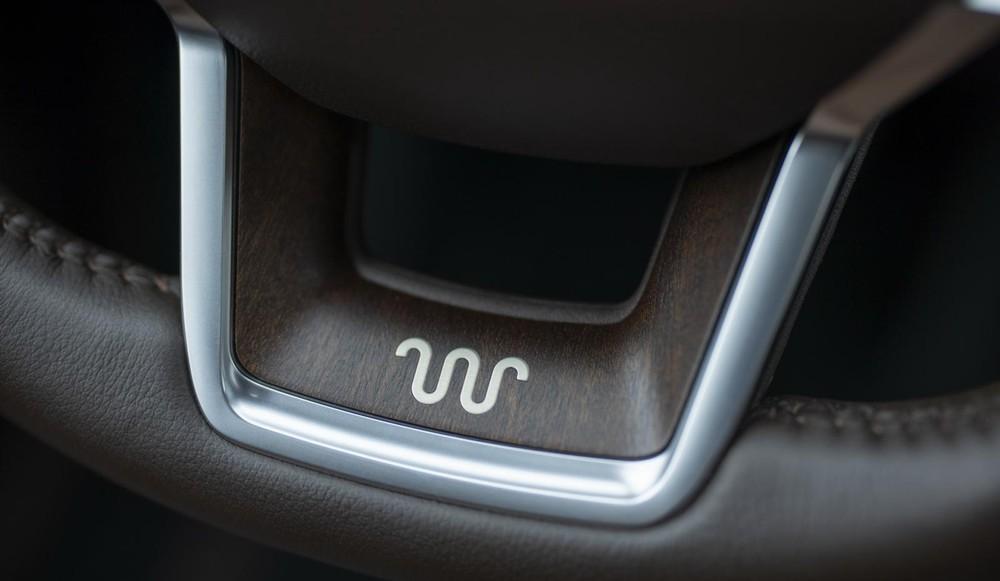 Logo trên vô lăng của Ford Explorer King Ranch 2021