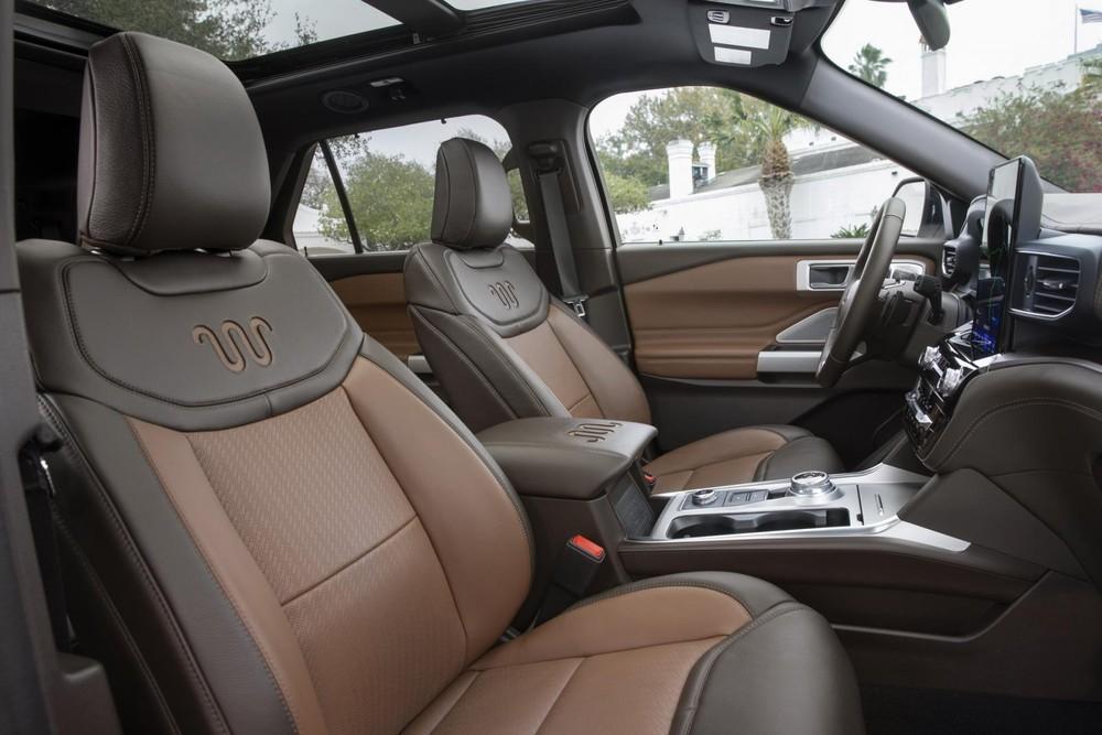 Cụm điều khiển trung tâm cũng được bọc da của Ford Explorer King Ranch 2021