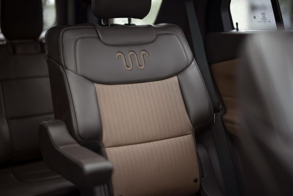 Logo trên ghế của Ford Explorer King Ranch 2021