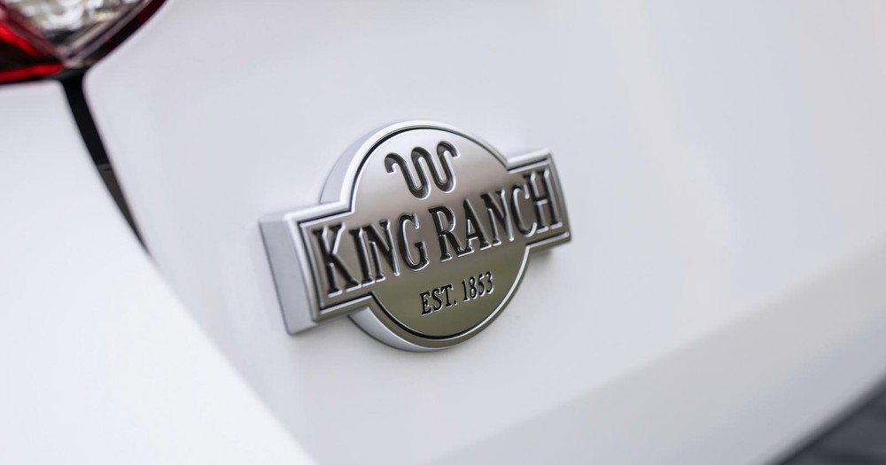 Tem chữ nổi của Ford Explorer King Ranch 2021