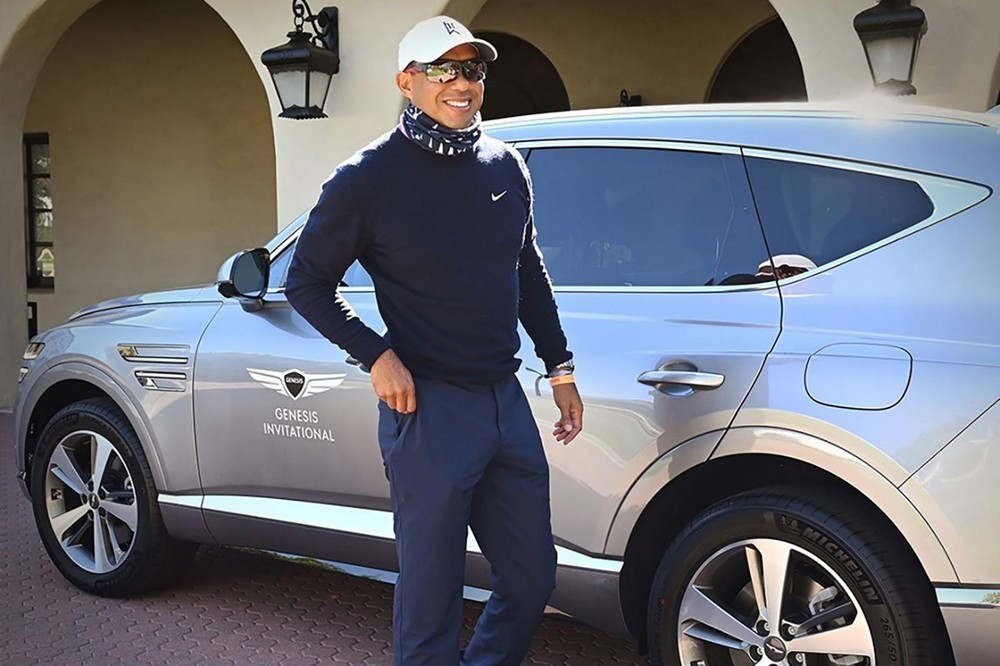 Tiger Woods chụp ảnh cùng chiếc Genesis GV80 khi tham gia giải golf Genesis Invitational trước khi vụ tai nạn xảy ra