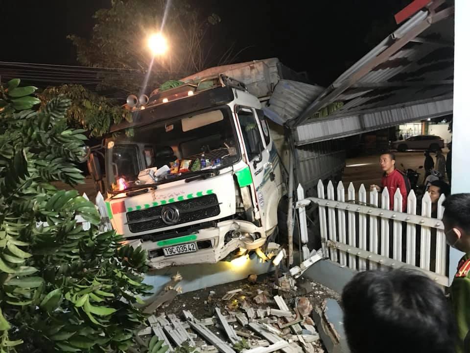 Xe tải lao vào cổng nhà dân sau va chạm với ô tô con và xe máy