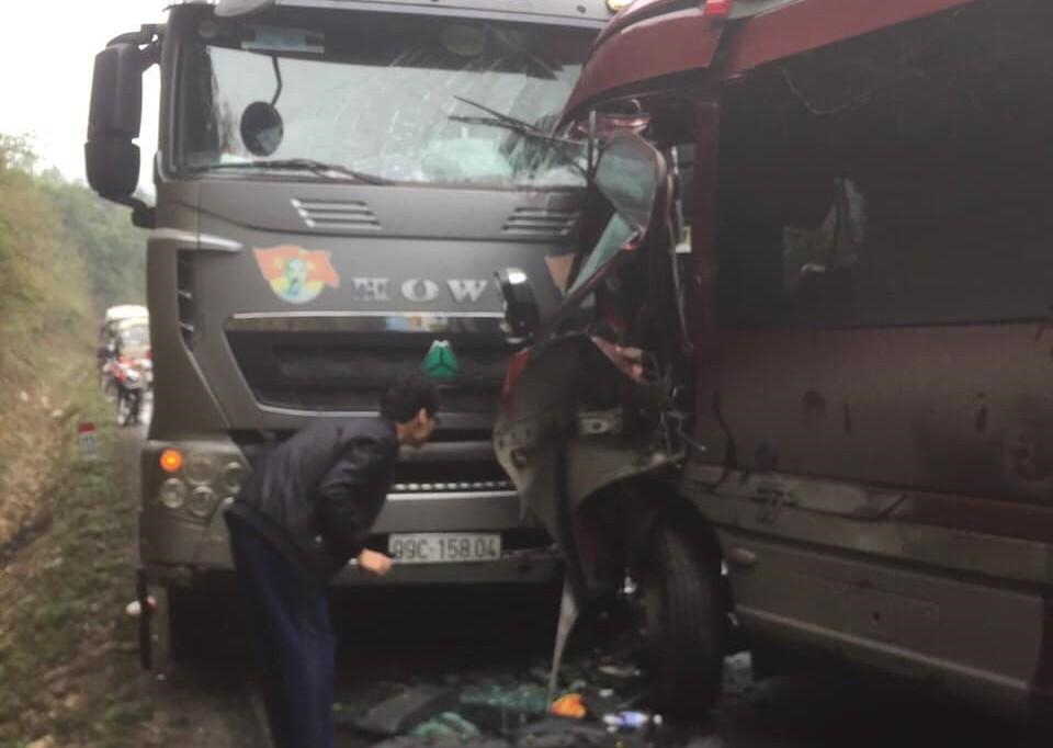 Vụ tai nạn làm 2 chiếc xe hư hỏng nặng nề, nghiêm trọng nhất là cabin xe khách nát bét