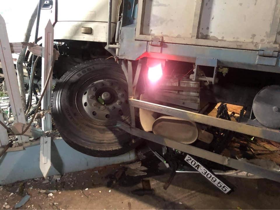 Chiếc xe tải hư hỏng nặng đầu xe