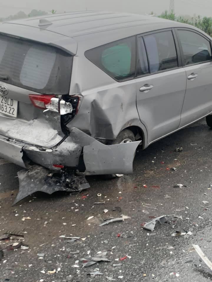 Chiếc Toyota Innova màu bạc bị hỏng đáng kể sau vụ tai nạn