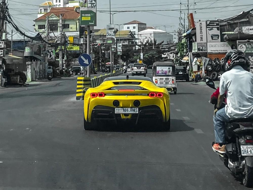 Ferrari SF90 Stradale độc nhất Campuchia lăn bánh trên đường phố thu hút sự chú ý của người đi đường