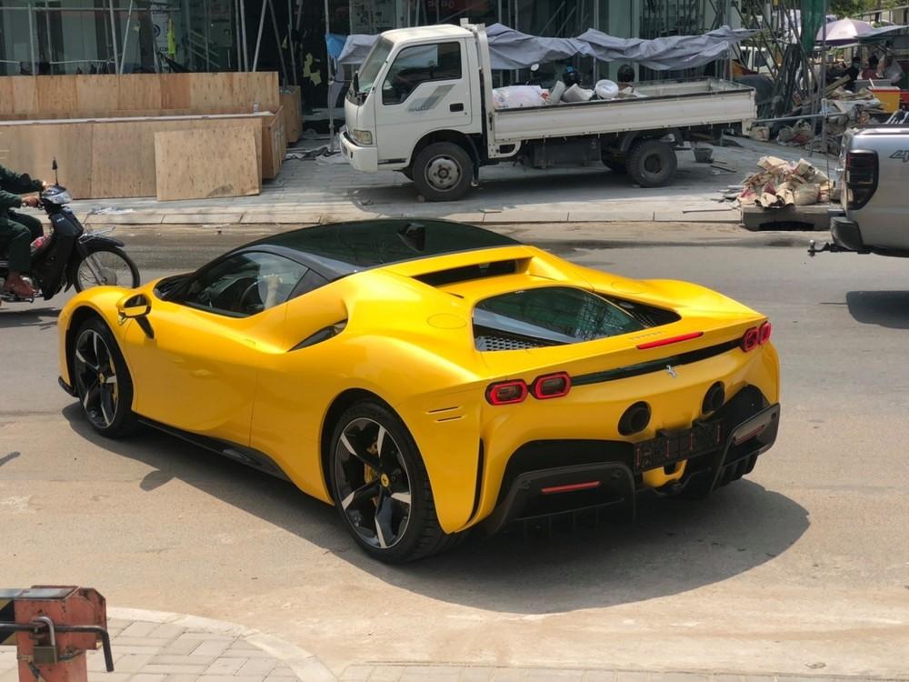 Còn đây là bức ảnh siêu xe Ferrari SF90 Stradale này lăn bánh trên đường phố Campuchia