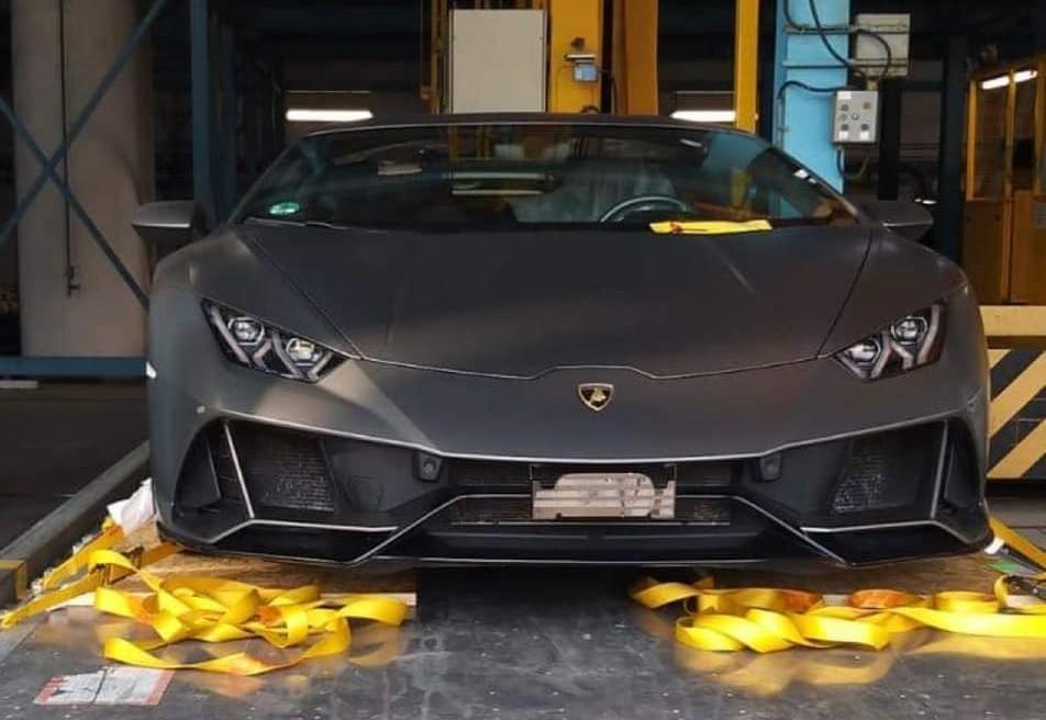 Hình ảnh chiếc siêu xe Lamborghini Huracan EVO quá cảnh tại đất nước châu Á để chuẩn bị lên container về Việt Nam