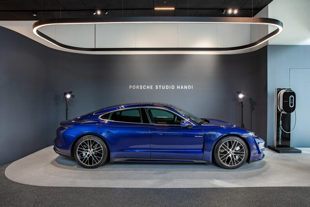 Các khách hàng quan tâm đến xe ô tô thể thao điện có thể tìm thấy những trải nghiệm thực tế tại Porsche Studio Hà Nội.