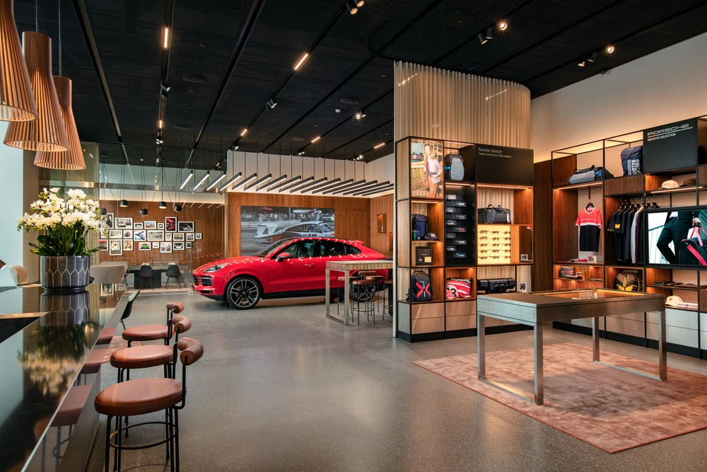 Không chỉ là không gian trưng bày xe, Porsche Studio Hà Nội còn là nơi để các khách hàng tìm hiểu về phong cách và các giá trị nghệ thuật.