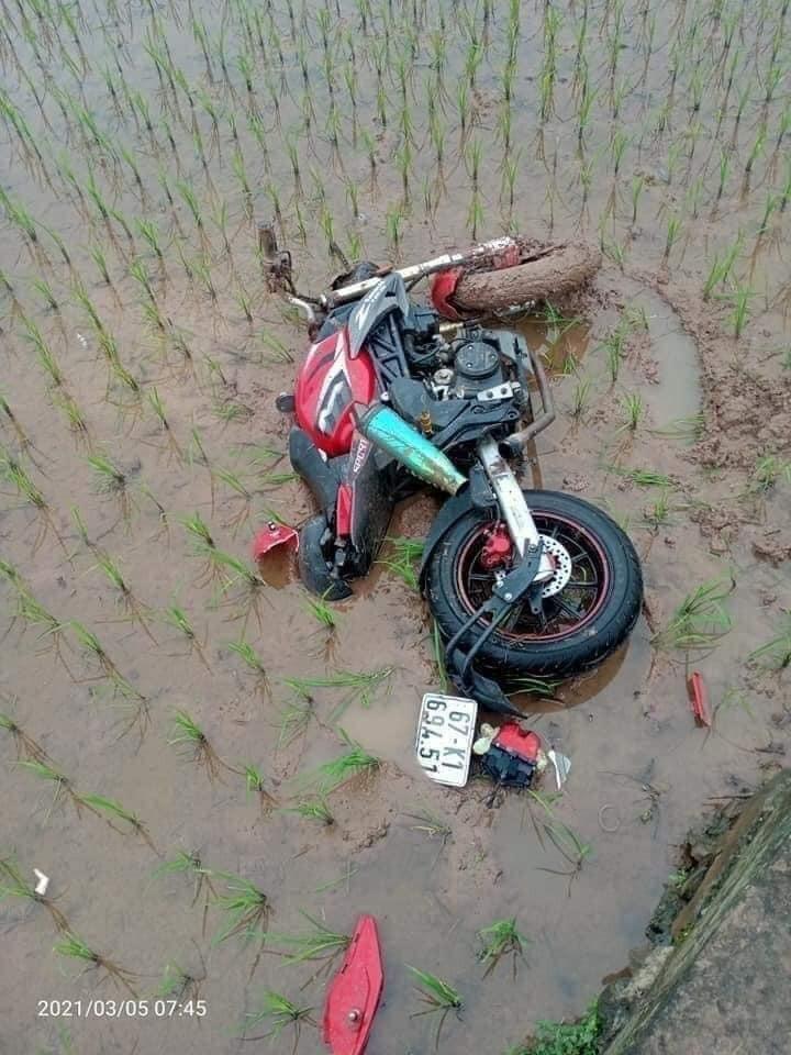 Chiếc mô tô của nạn nhân nằm đổ trong ruộng lúa mới cấy