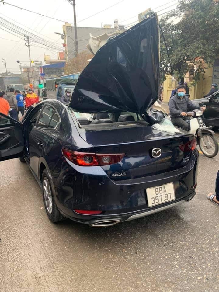 Phần nóc của chiếc ô tô Mazda3 bị dồn về phía sau