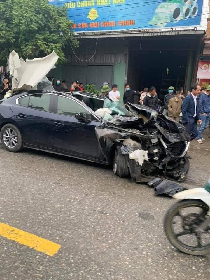 Chiếc ô tô Mazda3 bị hư hỏng nặng sau vụ tai nạn