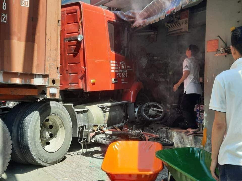 Cả chiếc xe container và 3 chiếc xe máy đều bị hư hỏng