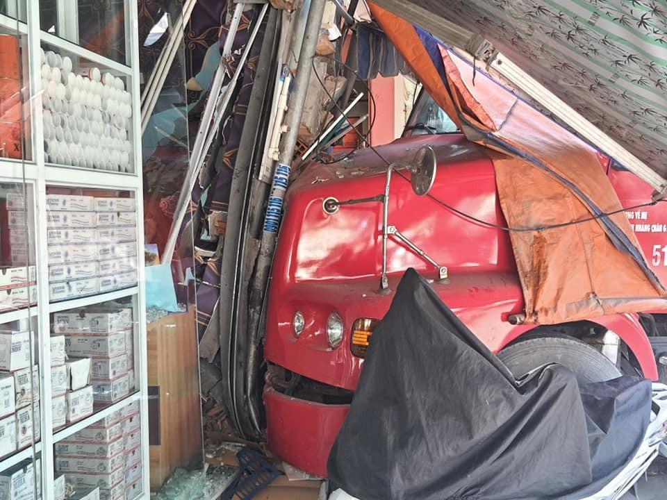 Chiếc xe container đâm sập cửa hàng bán đồ điện