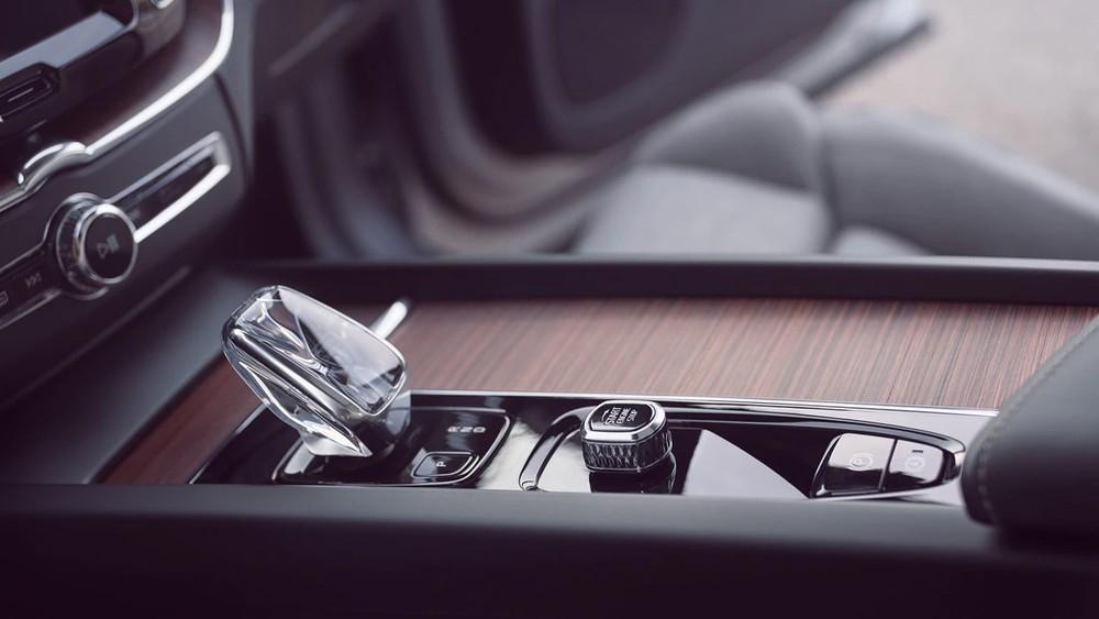 Cần số pha lê đẹp mắt trên cụm điều khiển trung tâm của Volvo XC60 2021