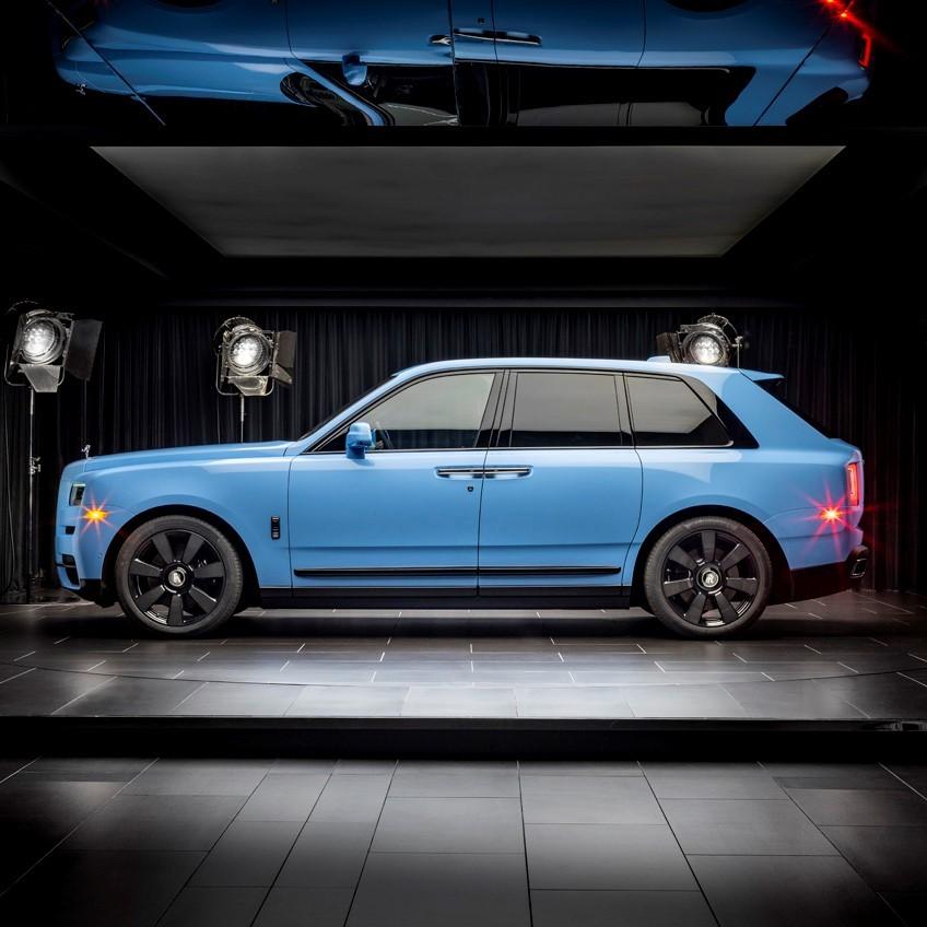 Màu xanh Paradiso Blue trên Rolls-Royce Cullinan.