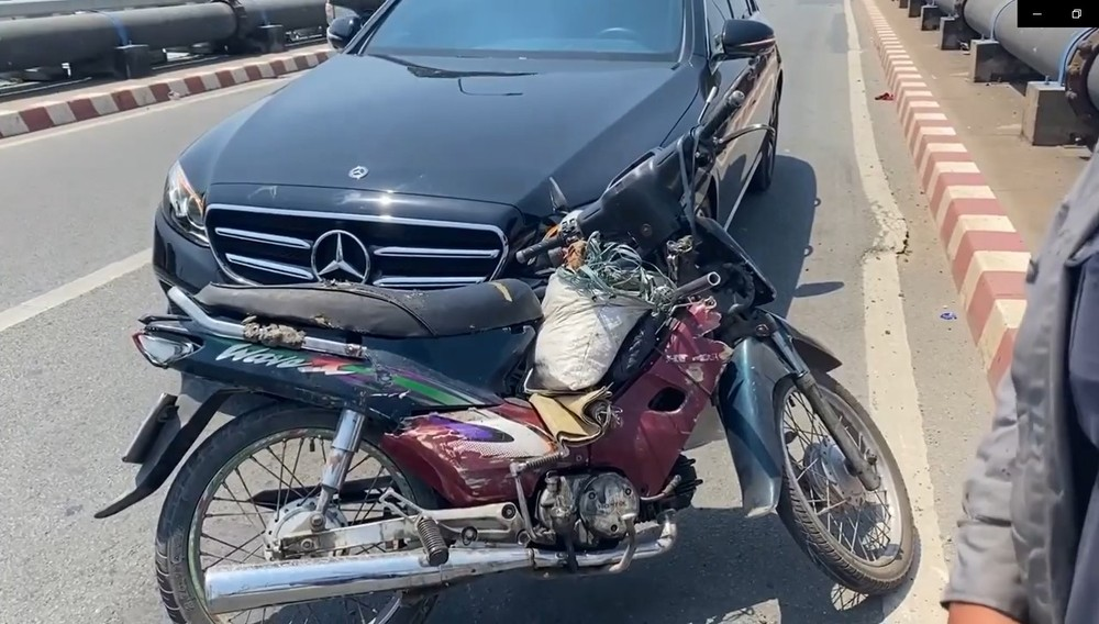 Chiếc xe máy và ô tô hạng sang Mercedes-Benz E-Class tại hiện trường vụ tai nạn