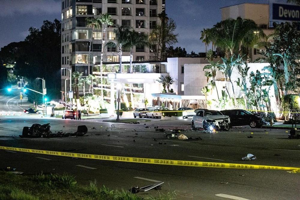 Hiện trường vụ tai nạn toàn mảnh vỡ dàn áo, khung sườn, túi khí và cả trục bánh trước của siêu xe Ford GT